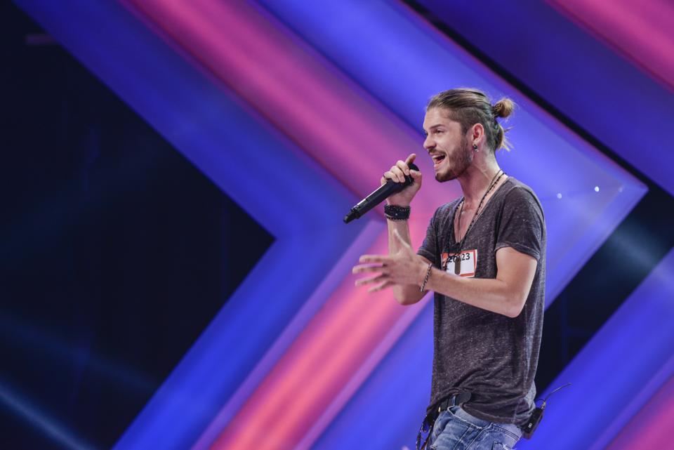 """Cum arată acum Alex Mațaev, concurentul X Factor 2013. Artistul """"a luptat"""" în Finală cu Florin Ristei"""