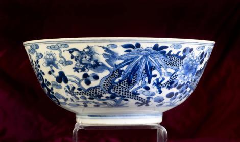 castron chinezesc antic, alb cu albastru, fundal rosu inchis