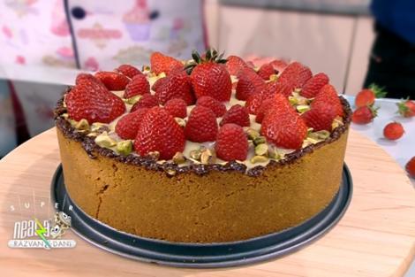 Tortcu blat de biscuiți, căpșuni și cremă de ciocolată albă