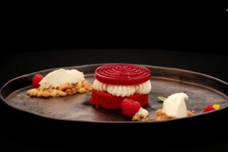 Prăjitură Red velvet cu mousse de ciocolată albă, crumble de cocos și inserție de zmeură