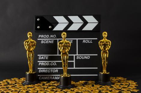 Trei trofee Oscar în formă de om
