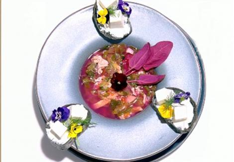 Ciorbă deasă din verdețuri de primăvară servită cu pâine prăjită și tartinată cu brânză și mărar