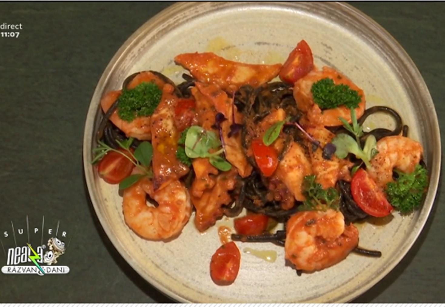 Rețetă de paste spaghetti Nero di Sepia cu fructe de mare și sos de roșii, gătită de Chef Mircea Gheorge