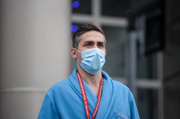 valeriu gheorghita imbracat in halat medical