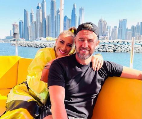 Anamaria Prodan și Laurențiu Reghecampf pe canapea, în spate s evăd blocurile din Dubai și apa
