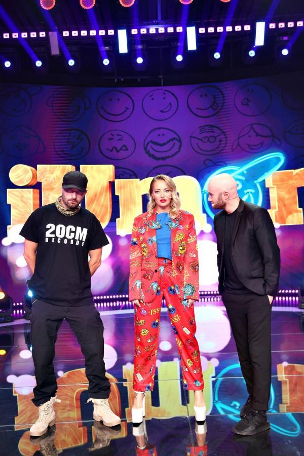 Delia pe scena iUmor, într-o ținută roșie, alături de Cehloo și Mihai Bendeac, în ținute negre, pe scena iUmor