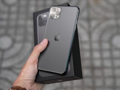 iphone 11 pro max negru tinut in mana de un barbat