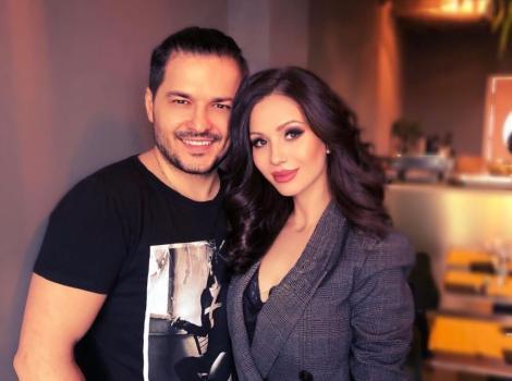Liviu Vârciu și Anda Călin apropiați, el într-un tricou negru, ea într-un sacou gri