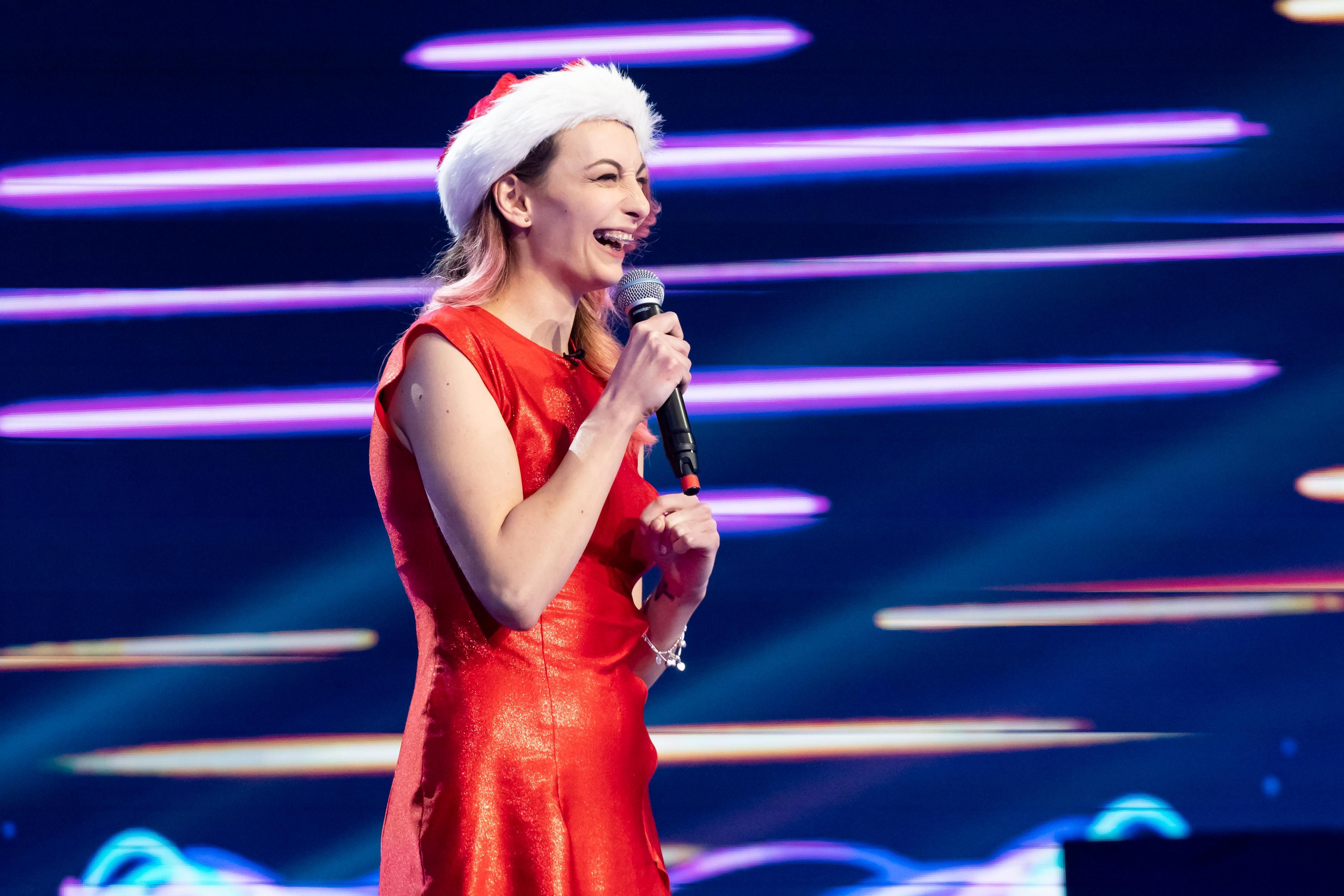 iUmor, 17 martie 2021. Natalia Aroneasa, îmbrăcată în crăciuniță, s-a simțit atrasă de Cheloo și nu s-a sfiit să o spună