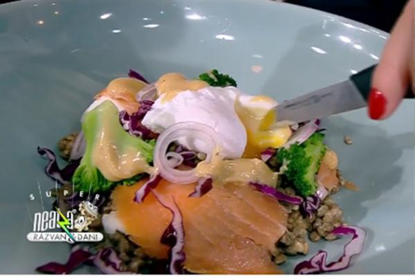 Salată de linte cu somon și ou poșat
