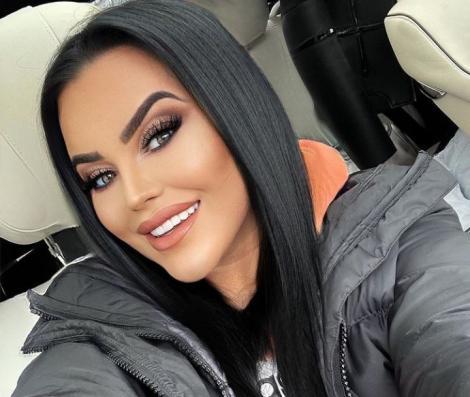 Carmen de la Salciua într-o geacă neagră, zâmbește și are părul drept