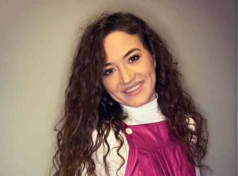 Carmen Chindriș într-o maletă albă și salopetă roz