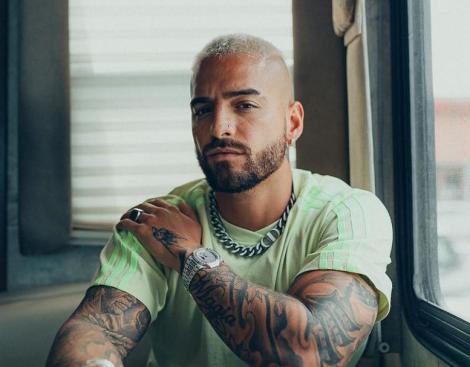Maluma într-un tricou verde, cu tatuaje pe maini