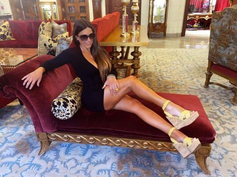 Claudia Romani a renunțat la inhibiții la plajă. Ce vedetă a apărut în bikini și șosete la malul mării