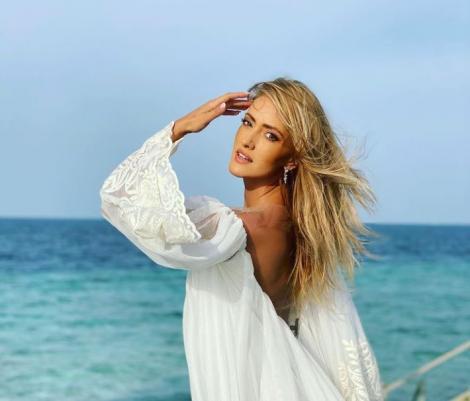 Iuliana Pepene într-o rochie lungă și albă, cu spatele gol
