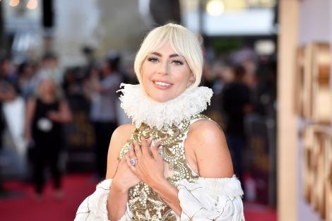 lady gaga, covor rosu, rochie alba si aurie, guler alb