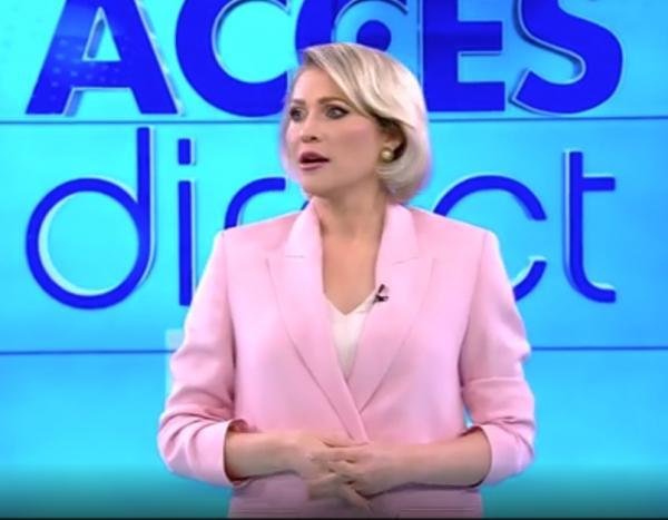 mirela vaida, acces direct, atac, piatra, costum roz, fundal albastru