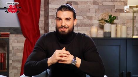 Andi Constantin într-o bluză neagră