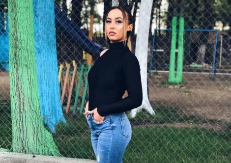 Marinela Mavrodin într-o bluză neagră și jeans albaștri