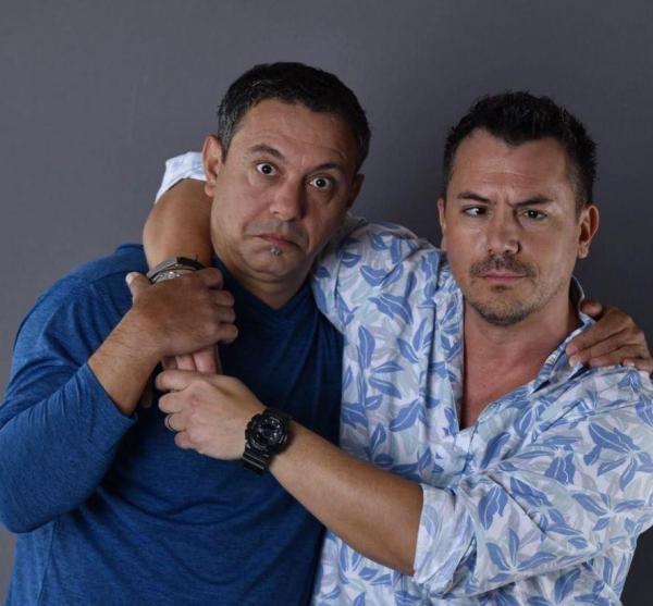 Sorin Bontea in bluza albastră si Razvan Fodor in camasa alba cu flori albastre