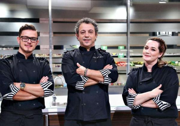 Sorin Bontea, Ionut Belei si Maria Șandru in tunici negre și cu dungi