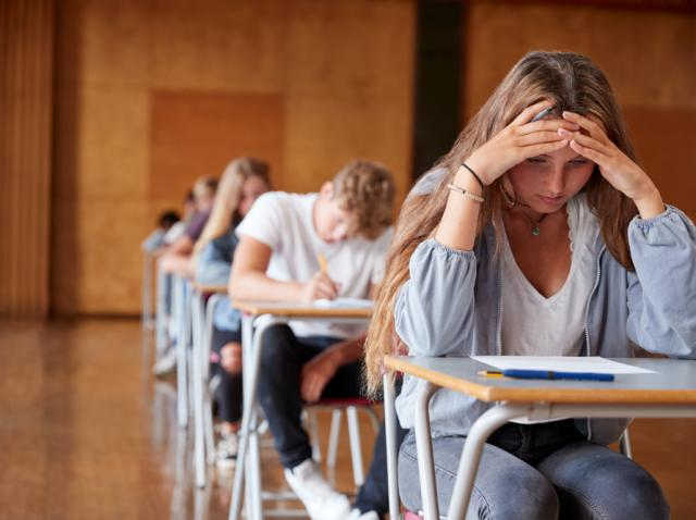 Elevi, susținând examenul de Bacalaureat