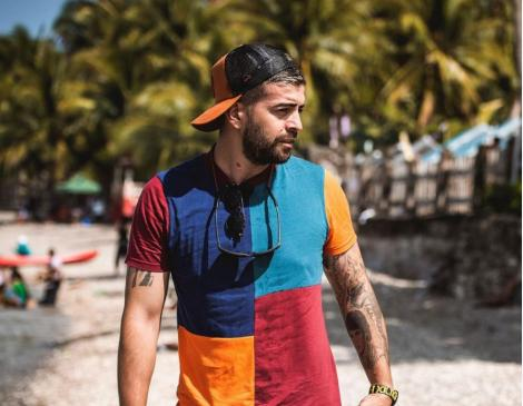 Speak într-un tricou colorat