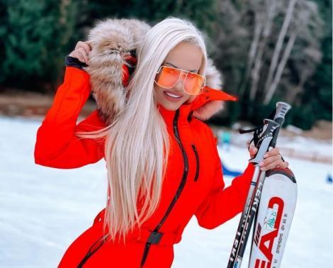 Anda Adam într-o salopetă roșie de ski, pe pârtie