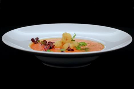 Supă cremă din ardei copți cu sfere crocante din brânză și tarhon, servită cu crutoane de pâine