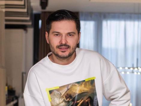 Liviu Vârciu într-o bluză albă