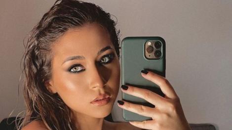 Nicole Cherry, portret, selfie în oglindă