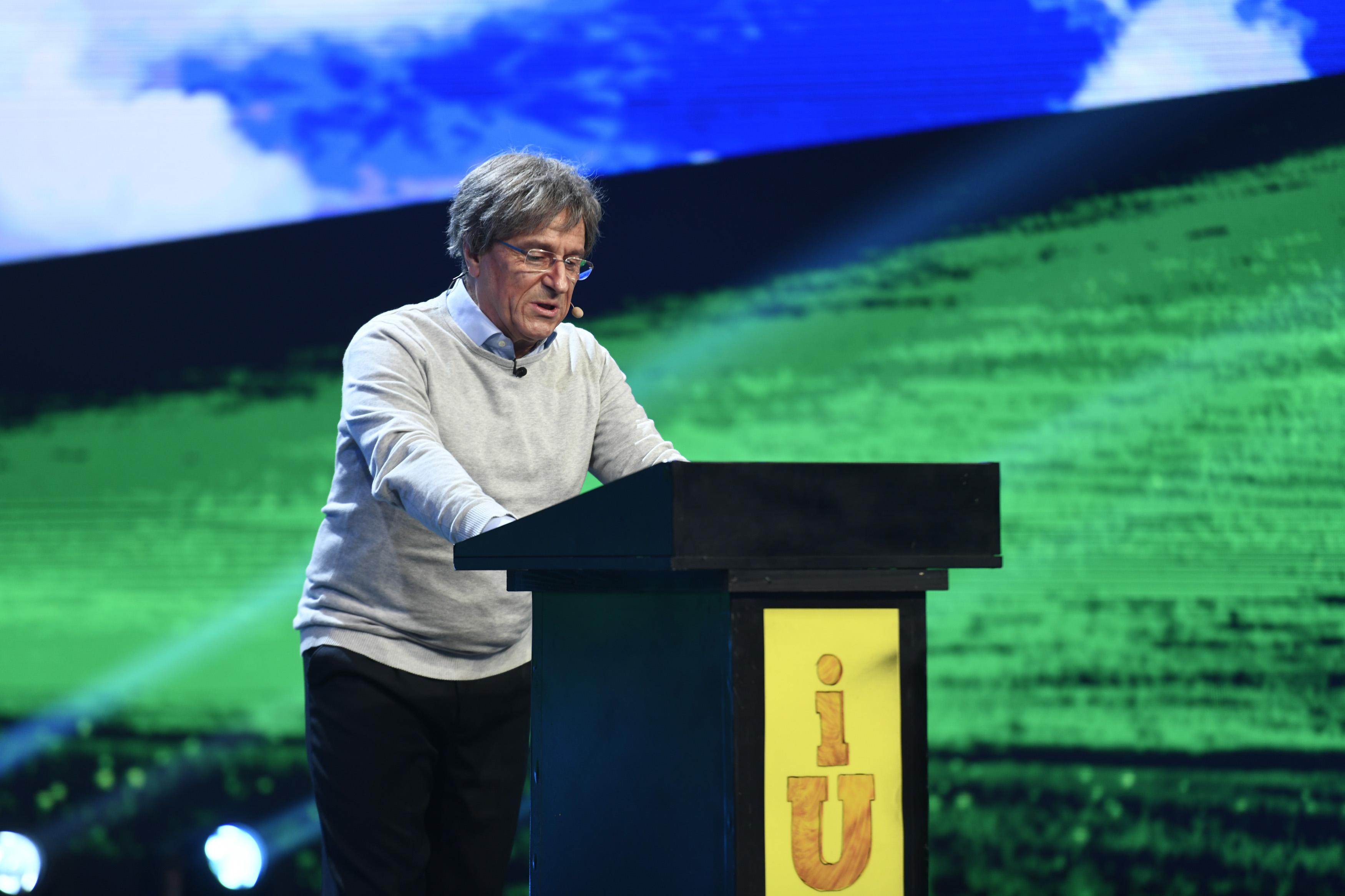 iUmor, 24 martie 2021. Cu cipul pregătit, Bill Gates ajunge pe scena iUmor pentru campania de promovare a vaccinului