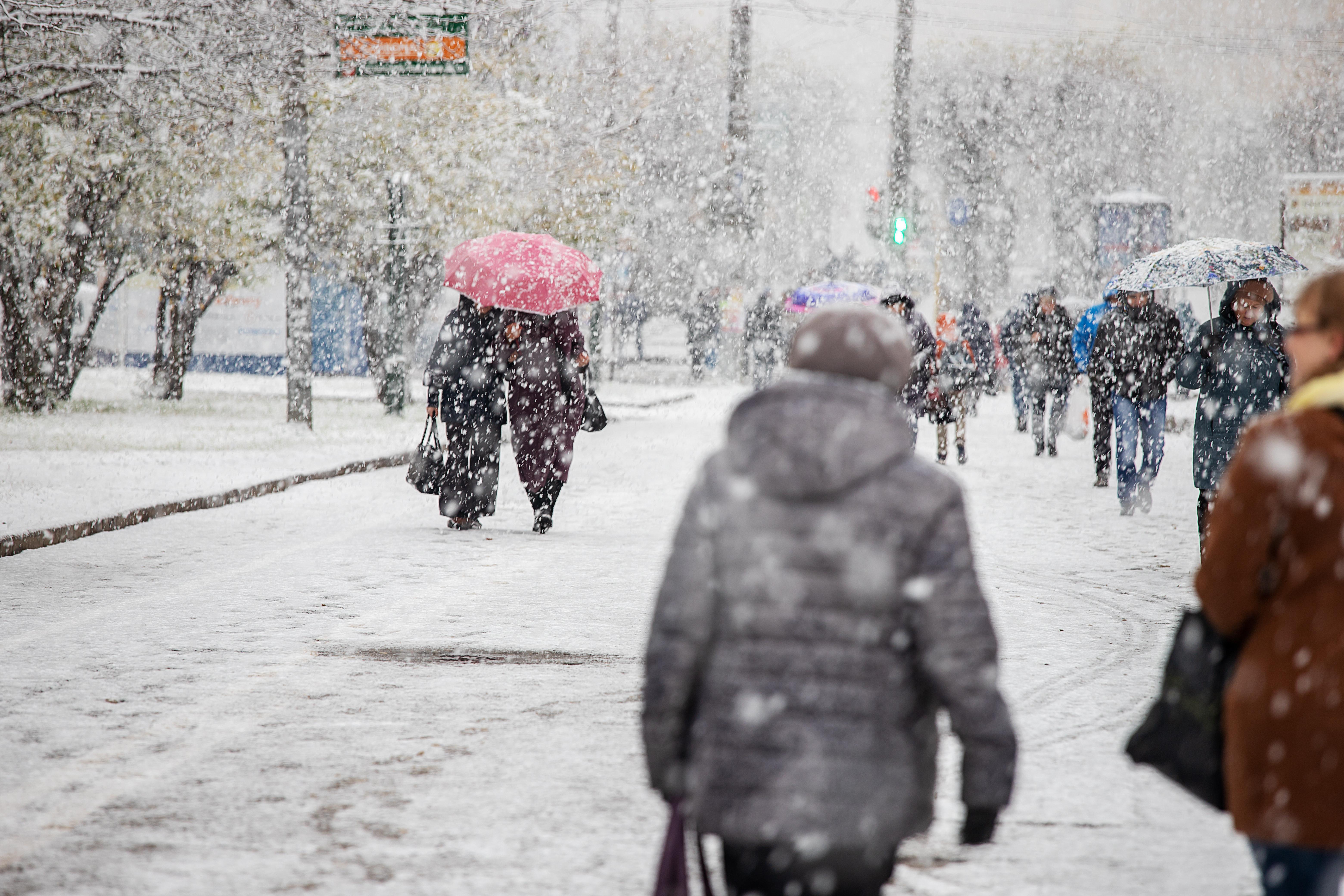 Alertă ANM! Fenomen rar în capitala României. Se anunță ninsori și posibile descărcări electrice, în același timp
