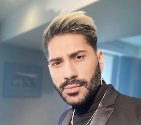 Connect-R cu geacă de piele, barbă și părul blond la vârfuri