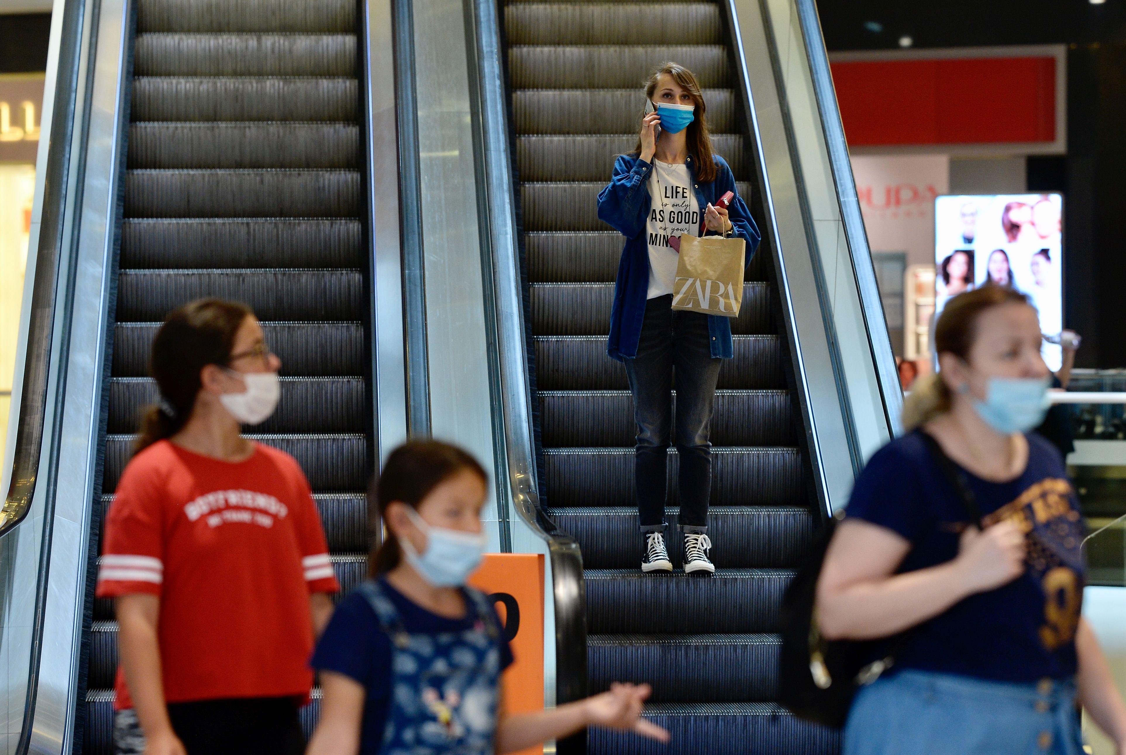 Primele restricții luate în București. Mall-urile, supermarketurile și terasele se închid de mâine mai devreme. Unde se aplică
