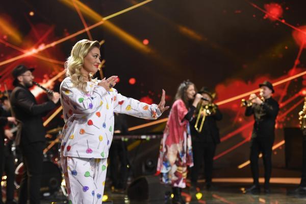 Delia în haine albe, pe scenă, alături de Carmen Chindriș