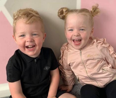 Cei doi copii ai mamei Kim McCabe din Marea Britanie