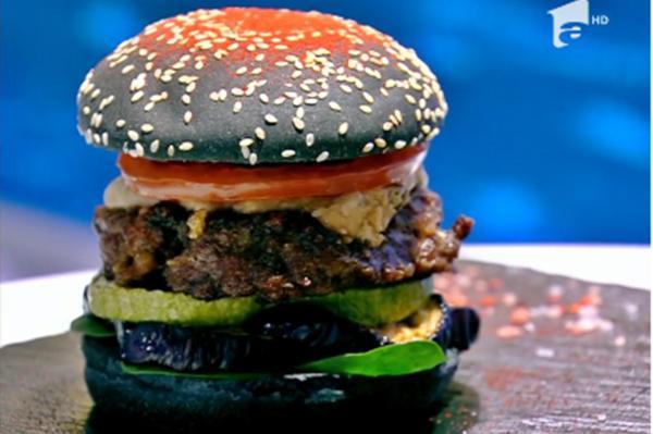 Burger cu multe legume coapte, ceapă caramelizată și sos de tahini