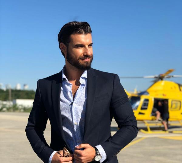 Andi Constantin la costum negru și cămașă albastră