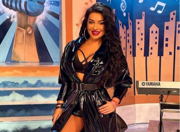Elena Ionescu într-o rochie neagră din latex și sutien negru