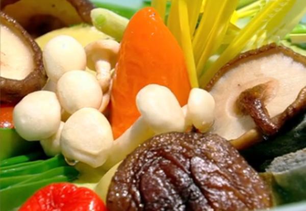Mousse de dovlecei cu legume de primăvară