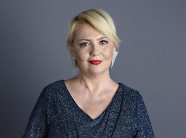 Emilia Popescu, într-o bluză albastră