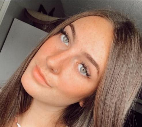 Elevă de 17 ani, trimisă acasă din cauza hainelor. Cum arată ținuta ce i-a făcut pe colegi să se simtă deloc confortabil