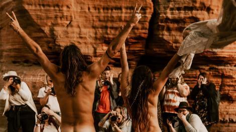 cuplu de nudisti, imagine cu fotografi