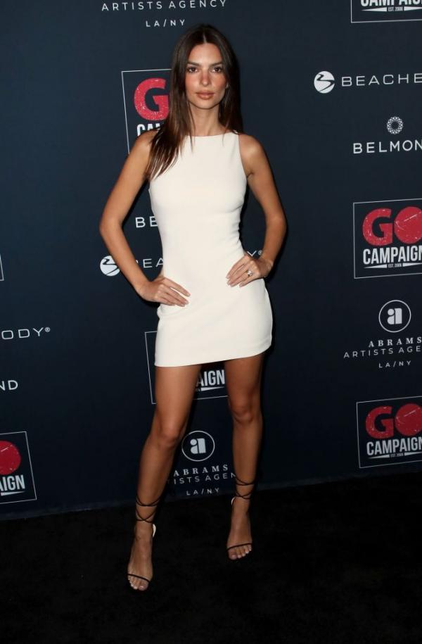 Emily Ratajkowski într-o rochie albă și scurtă, cu sandale negre