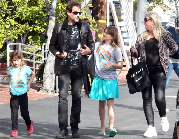 alice evans, ioan gruffudd si copii lor, la o plimbare