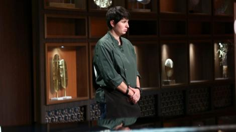 cristina malai imbracata intr-o camasa kaki sta in fata juratilor chefi la cutite pentru a primi verdictul