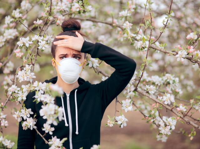 Tânără cu dureri de cap, primăvara
