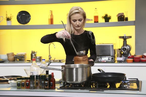 Elwira Petre, într-o rochie neagră, la Cheif la cuțite