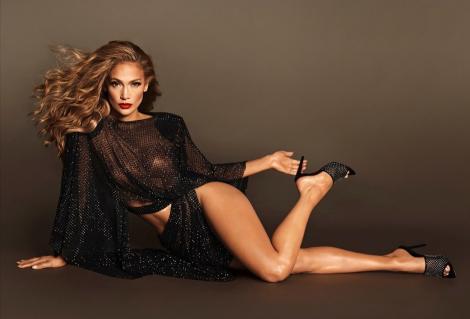 Rochia decupată și exagerat de scurtă care nu îi mai ascunde formele. Cum a fost fotografiată Jennifer Lopez
